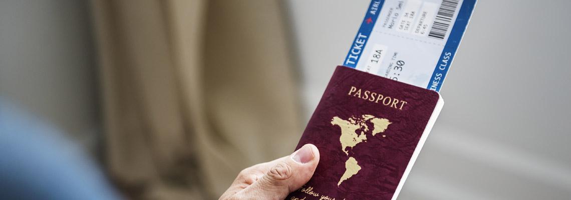passeport en main voyage